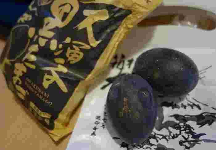 大涌谷を訪れたのなら、外せないのは、やっぱりコレ! 一つ食べると寿命が7年延びるという『大涌谷黒たまご』です。