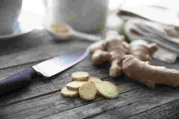 生姜には、ビタミンB群やビタミンCなどのビタミン、カリウムやカルシウム、マンガンなどのミネラルが含まれているほか、生姜特有の辛味成分ジンゲロールやショウガオールなどを含んでいることでよく注目されています。でも実は、生の生姜には、ショウガオールはほとんど含まれておらず、熱を加えることでジンゲロールがショウガオールに変化し、ぽかぽかパワーがアップするのです!風邪を引きやすい季節や冷え性の人におすすめされているゆえんですね。
