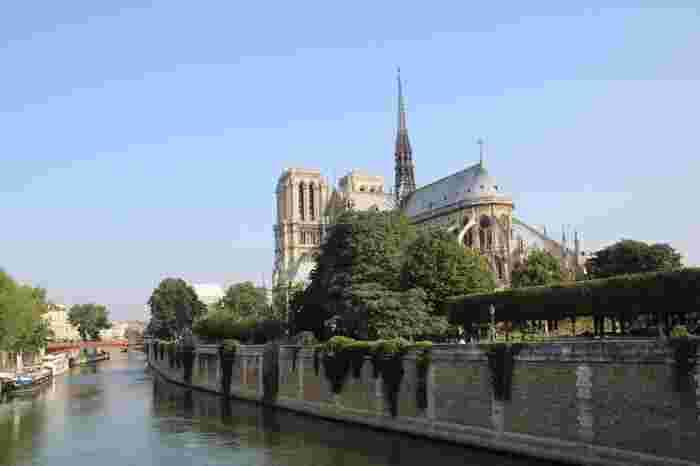 1804年にはナポレオンがフランス皇帝に即位した戴冠式(たいかんしき)がパリのノートルダム大聖堂で行われました。1885年には心理学者フロイトがここを訪れ、あまりの美しさに感動して大聖堂の塔に2度ものぼったのだとか。 そんなエピソードが残る同じ地に立つというのは、感慨深いですね。