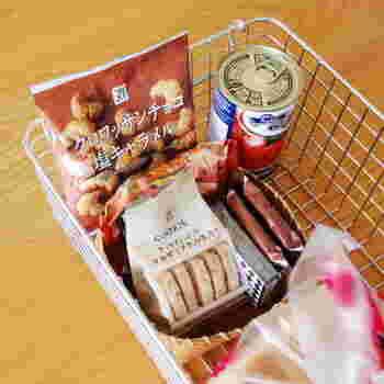 こちらのブロガーさんは、無印良品のワイヤーバスケットにお菓子やパンのストックを収納しているそうです。