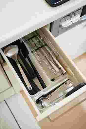 市販の包丁ラック(貝印)を調理台下の引き出しに設置し、3本の包丁と味噌マドラー>がきれいに納まりました。 縦置きの包丁と比較すると、手の動きに無理がなく料理に取り掛かれるのも◎。
