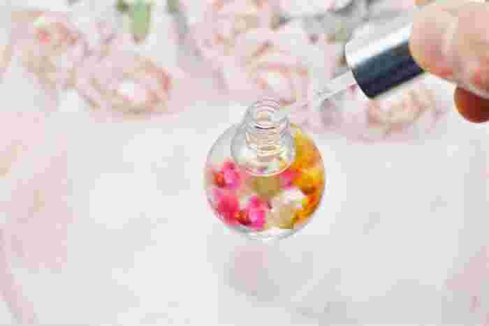 頻繁に使うものだからこそ、<フレーバー>にもこだわりましょう。自分の好きなフレーバーなら、ケアと同時に、気持ちもリラックスできそうですね。人気なのは、花や果実のフレーバー。ナチュラルな香りや無香料タイプもあるので、口コミ等を参考に自分好みのフレーバーを探してみてください。