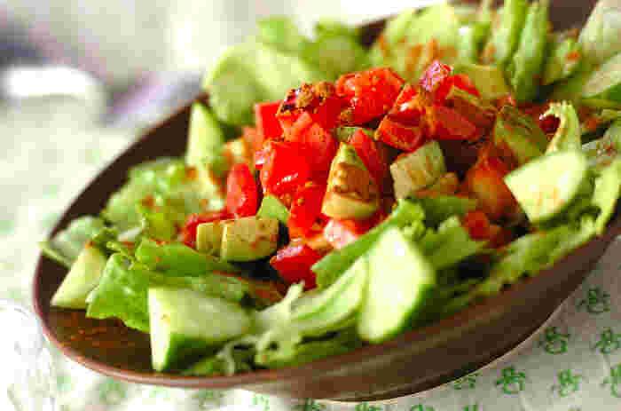 シナモンを効かせたちょっぴりユニークな味わいのサラダです。いつもと同じ素材でもドレッシングが違うとまるで雰囲気の違うサラダになってしまいます。タバスコは控えめにしておくと、小さな子供でも食べやすくなりますね。