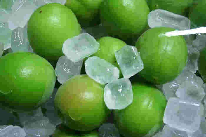 果実酒づくりには、純度の高い氷砂糖かグラニュー糖を用いるのが最適です。果実の風味を生かすため、糖分を控えめにするのが上手に漬けるポイントです。