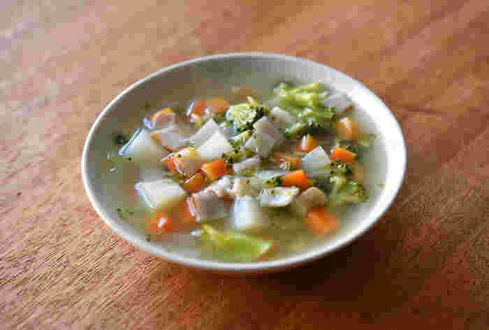 野菜をたっぷりと食べたいならこちらのレシピがおすすめ!ミネストローネはトマト味ですが、こちらは出汁を使った和風仕立て。味付けは塩コショウのみで、スープに染み出た野菜の甘みをとことん堪能できます。