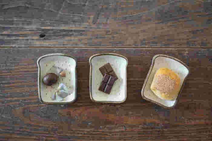 遊び心のある食パン型の豆皿には、パンをそのまま乗せるのはもちろん、お菓子や小物を入れても♪「たたら作り」と呼ばれる独特の製法で、それぞれの皿に手作り感があるのも魅力的です。