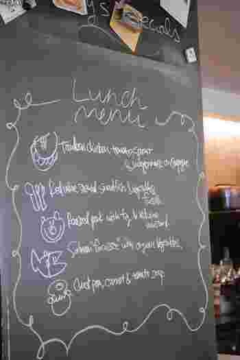 こちらはある日のランチメニュー。麹町カフェのメニューはその日の野菜やお肉、お魚の仕入れによって変わります。メニューもお肉、お魚、サラダにスープとお好みでチョイスできるのが嬉しいですね!毎日通いたくなっちゃいますね。