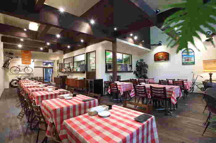 【ATRIO CAFÉ】(アトゥーリオ カフェ)は、靭公園沿いにあるイタリアンレストラン。公園内にも入り口があり、目の前に緑が広がるゆったりとしたお店です。