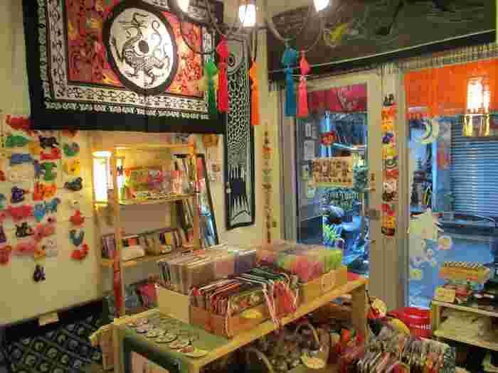 台北のスーパーマーケットで買えるおすすめのお土産や、雑貨店で人気の「永康街」で立ち寄れる雑貨店をご紹介しました。  スーパーマーケットでは格安でおいしいお土産を、雑貨店ではちょっとしたファブリックアイテムなど、かさばりにくいものも選べるのが魅力。  とくに、今回ご紹介した雑貨店ではどの店舗も日本語が通じやすいため、ショッピングもとても楽しいですよ。 どのショップ同士もそれぞれ近距離にありますので、時間がなくても雑貨屋さんめぐりがしやすいのもポイント。  週末を利用した台北旅行など、滞在時間が限られている方はぜひご活用くださいね♪