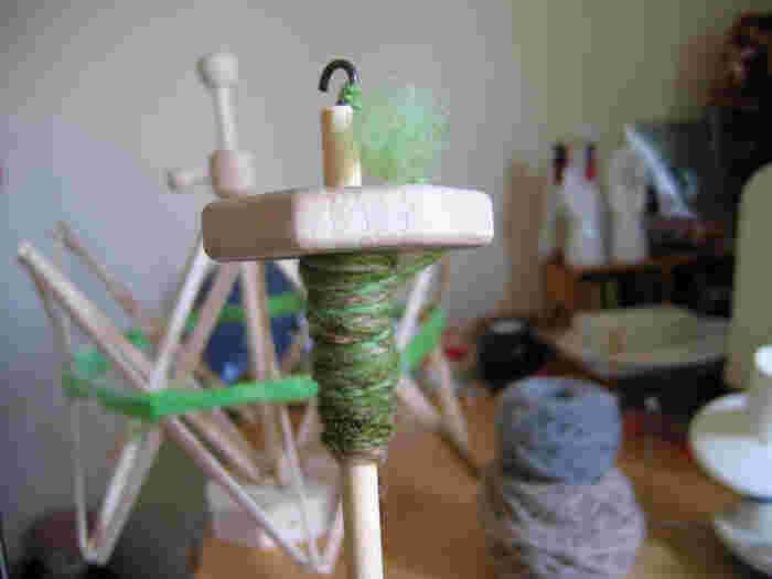 いろんな色を混ぜ合わせて紡ぐと、ほら! 手仕事だからこそ出来るどこにもないオリジナルのユニークで素朴な毛糸が出来上がります。