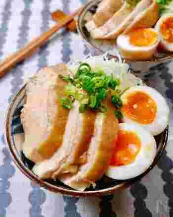 鶏チャーシューは焼豚よりも脂身が少なくヘルシー。難しそうなイメージですが、このレシピでは加熱時間はトータルでわずか5分程度。あとは放置するだけです!