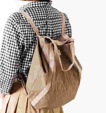 バッグ上部のボタンを留め、背面のストラップを伸ばすとリュックに早変わり!両手があくリュックはお子様とのお出かけにも重宝します。