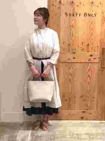 スカートコーデにレイヤードする時は、ベルトマークするとすっきりと着こなせます。袖をロールアップすることでぬけ感がでて軽やかななスタイリングになりますよ♪