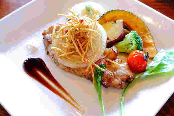 画像の「熟成神戸ポークソテー 秋野菜添え」をはじめ、「神戸牛カレー」など地元食材や旬の食材を使ったメニューが楽しめます。