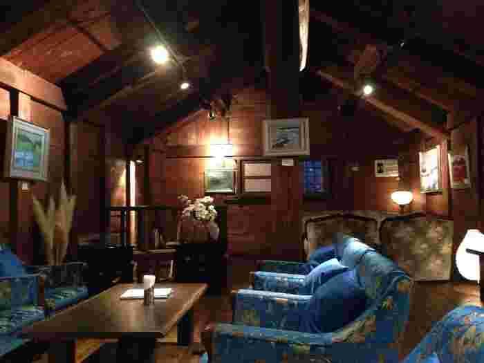 蔵カフェの中へは靴を脱いであがります。温もりあふれる木造りの店内で、天井が高く開放的。日本の蔵なのに、かわいいインテリアで異国のような雰囲気を感じるから不思議。2階のソファ席は上品な空気で、いつまでも居たくなっちゃう。