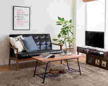 マニッシュなお部屋を目指したいならレザー調も素敵。クッションカバーでイメージが変えられますね。