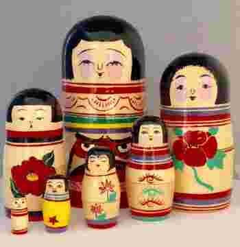 """オーナーである沼田さんが、この""""マトリョーシカのルーツは日本のこけしである""""という説を元に、こけしとマトリョーシカを組み合わせた「コケーシカ」を生み出しました。ロシア製のマトリョーシカの木地に日本のこけし工人が絵付けをし、二つの文化が融合した新しい伝統民藝コケーシカ。伝統こけしの産地系統がすべて揃っています。  そして2008年に「木形子可(コケーシカ)展覧会」を企画したのがきっかけで、店名を「コケーシカ」とし、こけしとマトリョーシカの専門店が誕生しました。"""