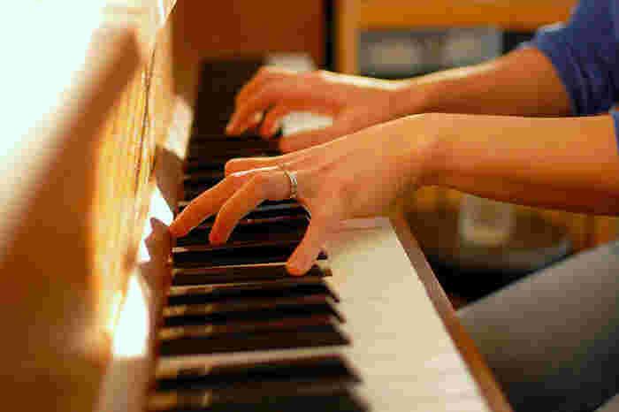 楽器が弾けたらこれまた素敵ですね。こちらはピアノ教室。子供の頃習っていた方も多いのでは? その当時の感覚を思い出しながらまた通い始めるのも良いですね。もちろん未経験者でも楽しめます。目指せ発表会!