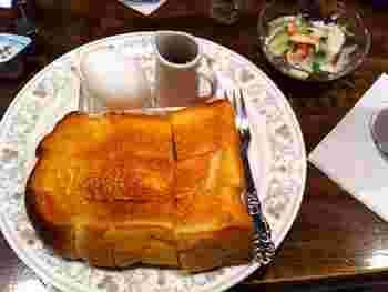 モーニングセットは、トーストにゆで卵、野菜サラダ付き。