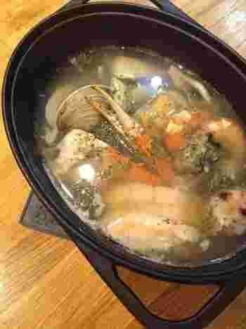 魚介類とコンソメ・水をダッチオーブンに入れて、加熱するだけのラクチン料理。魚介のうまみがたっぷり出たスープは格別!簡単ですが本格的な味わいです。
