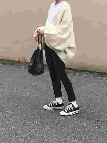 足首がさりげなく見えるアンクルスキニーは、いつもよりも華奢な印象に。ブラックスキニーなら、すっきりと足が長く見えます。