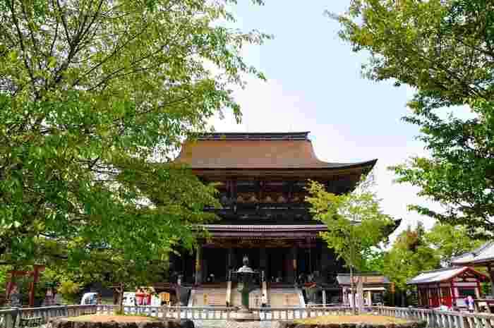 吉野山のシンボルでもある金峯山寺は、修験道の開祖者である役小角(えんのおずぬ)によって7世紀後半に創建された寺院です。