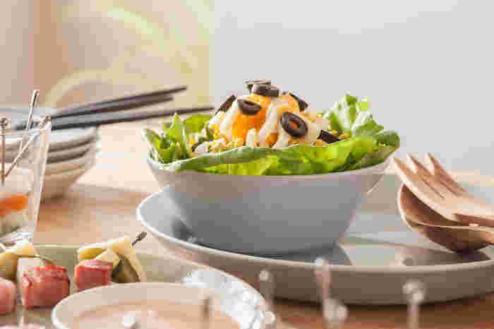 ティーマのボウルは、底面からのフチの立ち上がりがまるで花が開いたようなシルエット。中身を入れると一層華やかな雰囲気に。毎日の食卓で、普段の料理を盛りつけたり、特別な日のご馳走を盛り付けたり。いつも食卓にあって、飽くことなく使える、そんな食器です。