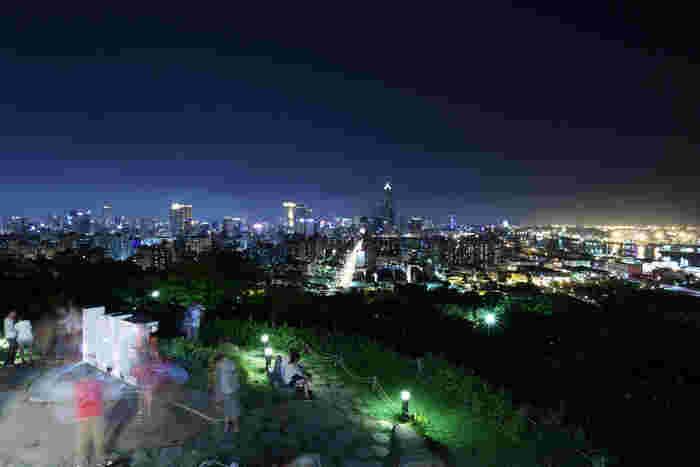 台湾南部に位置する台湾二番目の都市、高雄。冬でも暖かく、南国情緒もたっぷり。夜景もこの美しさです。
