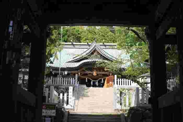 """ケーブルカー宮脇駅のすぐ近くにある「筑波山神社」は、約3,000年の歴史をもつ由緒ある神社。筑波男大神(イザナギノミコト)、筑波女大神(イザナミノミコト)の夫婦二神が祀られていることから、""""夫婦和合""""や""""縁結びの神様""""として多くの人々が参拝に訪れます。"""
