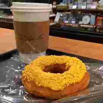 こちらは、マンゴーのドーナツ。トロピカルが香るクランチは、SNSでも映えますね◎。コーヒーや紅茶などドリンクも提供しているので、イートインスペースでゆったりと休憩できます。