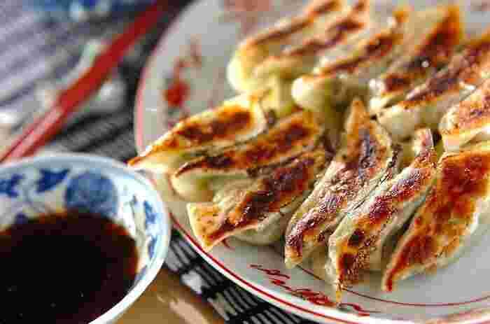 みんな大好きな餃子!自分の好きな具材で作れるところが、手作り餃子の魅力です。こちらは、白菜と豚ひき肉、ニラで作る餃子のレシピ。キャベツ、エビ、大葉も人気の具材です。チーズや納豆、カレー風味など、変わり種餃子を作るのも楽しそう!