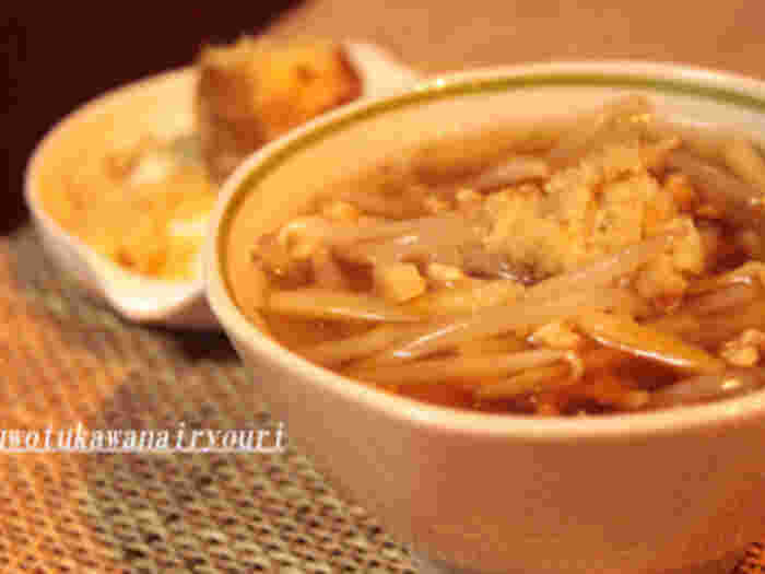 包丁不要で生姜とモヤシがあれば2分で完成する、忙しい朝のお助けレシピです。おろし生姜をたっぷりと入れて、片栗粉でとろみを付ければ完成です。寒い朝は中華スープであたたまりましょう♪