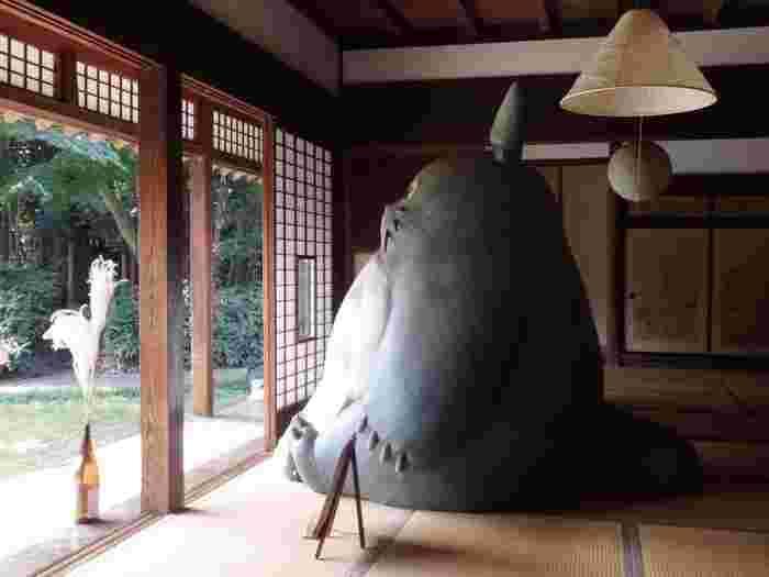 母屋には2mもある大トトロがちょこんと座っています。火・水・土の午前10~15時まで敷地を開放しているので、中に入ることも。トトロと並んで記念撮影もできますよ。