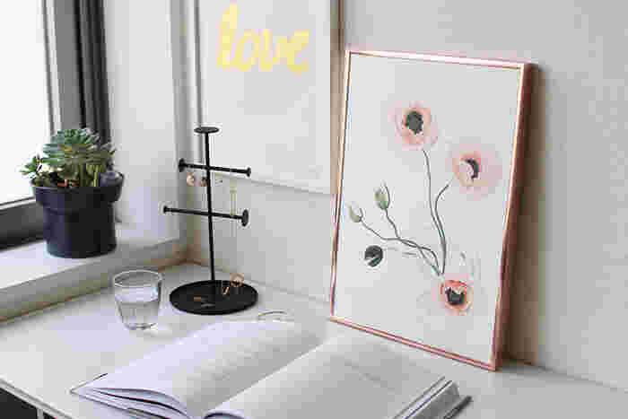 淡いピンクがなんとも春らしいポピーのアートポスター。きれいなお花の絵が、インテリアに彩りをプラスしてくれます。なじみやすい色合いなので、どんな場所にも置きやすいですね。