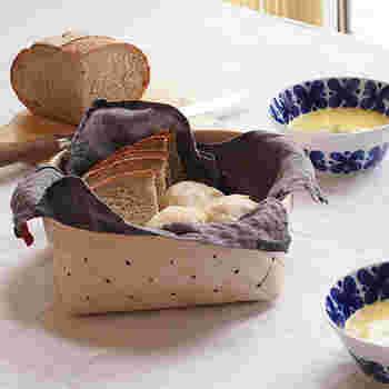 ナチュラルな白樺を伝統的な方法で編み上げた、シンプルな見た目のブレッドバスケット。北欧テイストのインテリアともしっくりと馴染みやすく、カットしたパンを入れて食卓に出してもかわいいですね。