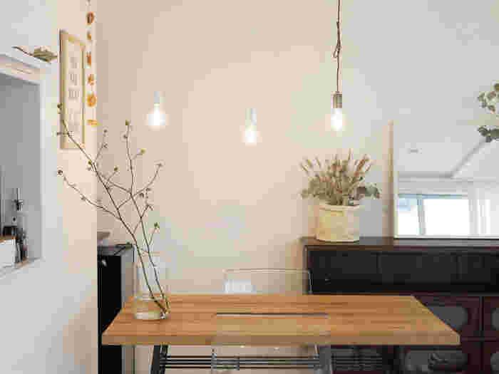 こちらのお宅のように、大きなダイニングテーブルの上を照らすなら、照明を複数取り入れた「多灯づかい」がおすすめ。明るさを調節することができるため、シーンによって使い分けもできます。