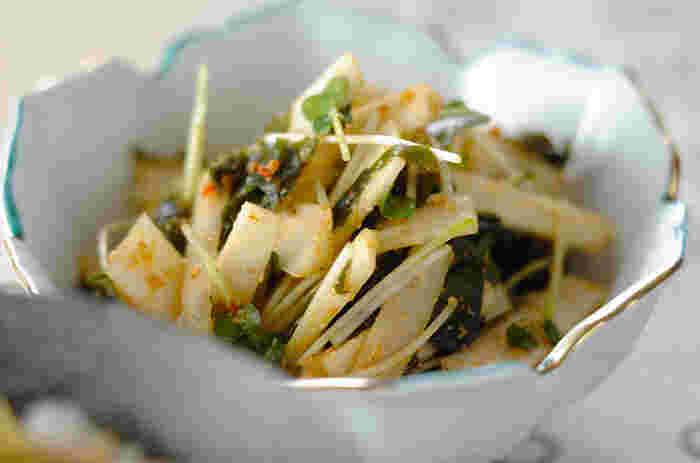 生のままのシャキシャキ食感を堪能できる「ウドのピリ辛ゴマ和え」は大人な辛味が味わえ、お酒のおつまみとしても活躍してくれる一品です。