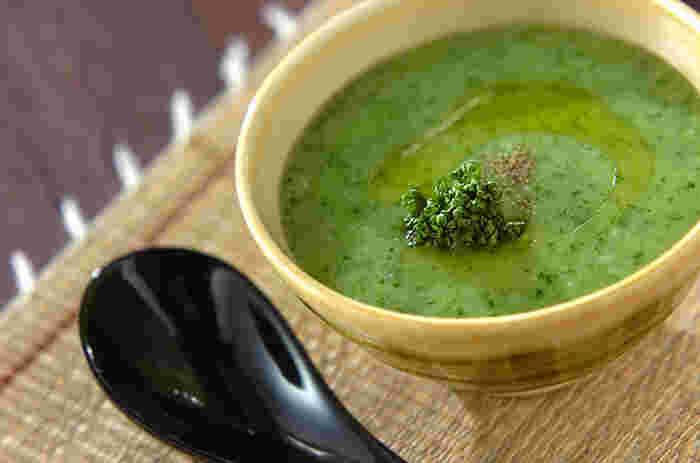 鮮やかなグリーンがきれいなパセリのおかゆ。ミキサーで攪拌したスープ仕立てです。エクストラバージンオリーブオイルでイタリアンな風味をプラス。