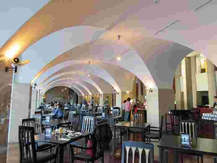 ホテル内のレストラン「IL MIRAGGIO(イル・ミラジィオ)」は、まるでヨーロッパを彷彿させるアーチ状の開放感ある天井が 印象的。窓からは庭続きに芦ノ湖と富士山を望むことができます。