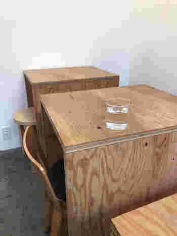 シンプルなたたずまいのテーブル席は全部で16席ほど。さっぱりとしたお洒落な空間が広がっています。細長い店内はこぢんまりとしていますが、窮屈な感じはありません。