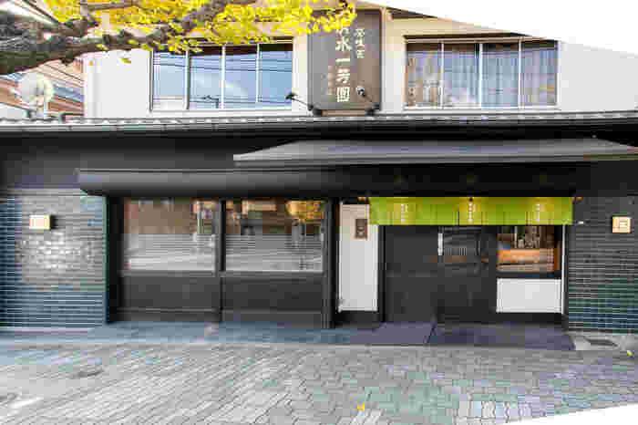 東山の三十三間堂の近くにある和カフェ清水一芳園は、いつも行列が絶えない人気ぶり。濃厚な抹茶エスプーマがのったかき氷も人気で、かき氷の季節になるとさらに行列が増えます。  最寄り駅:京阪本線七条駅より七条通を東へ徒歩9分