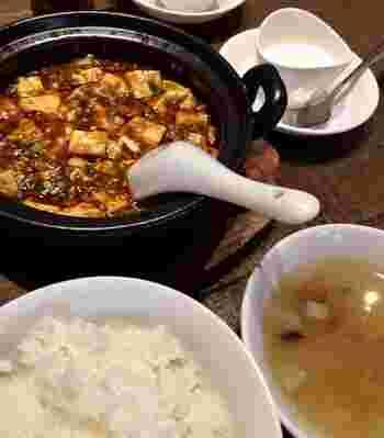 2番人気の「麻婆豆腐定食」は、間違いない美味しさ。辛くて奥深い麻婆豆腐は、白いごはんがよく進む味付け。山椒はお好みで入れることができますよ。