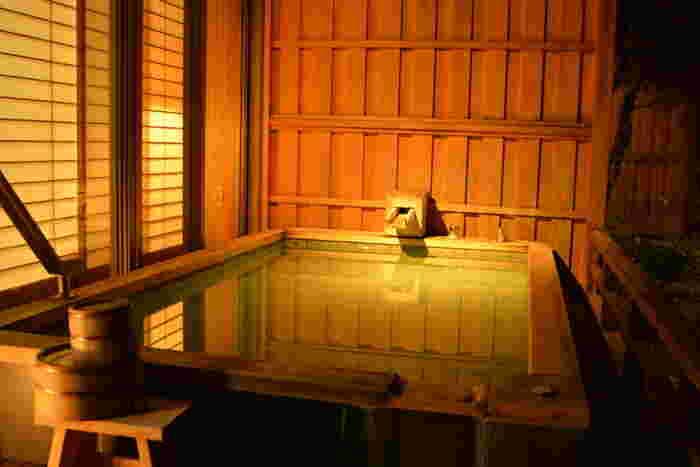 伊豆は、様々な温泉が集まっています。一泊だとひとつのお宿しか行けませんが、二泊以上時間があるのなら温泉宿めぐりも楽しいかもしれません。一日目は伊東、二日目は下田、三日目は中伊豆…など、伊豆ならお好みの旅プランが組めるはずです♡  露天風呂付き客室があるお宿や、貸切風呂が付いているお宿もたくさんあります。カップルでも、女子同士でも、親子でも。伊豆なら必ず日頃の疲れを癒やす最高の旅ができるはずですよ。