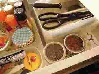 こちらの丸い容器はセリアのスパイスボックスで、底がマグネットになっています。冷蔵庫に貼り付けておくこともできるんですよ!