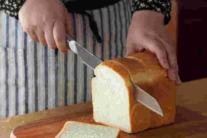 柔らかい食パンから硬いフランスパンまで綺麗に切れる、パン専用の包丁です。刃がギザギザしているのが特徴的。刃渡りは20〜24cmのものが一般的です。ギザギザが鋭いものは硬いパン、緩やかなものは柔らかいパンに向いています。