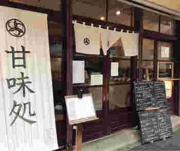 JR総武線の錦糸町駅から歩いて10分ほどのところにある「北斎茶房(ホクサイサボウ)」は、倉庫だった建物をリノベーションした古民家カフェ。長屋の面影が残る引き戸がレトロですね。