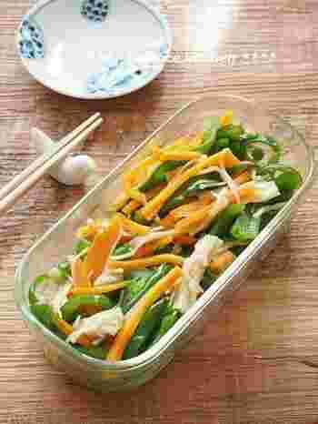 ピーマンや人参をレンジでチンして、鶏がらスープとごま油で和えるだけの簡単レシピ。作り置きもできます。彩りがきれいなのでお弁当にもぴったり。