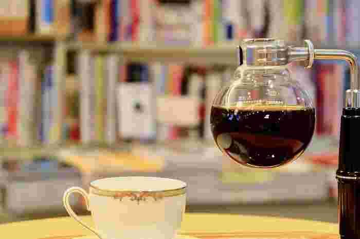 まるで化学の実験のような、サイフォンコーヒーの淹れ方。少し手間がかかるけれど、だからこそこだわりの一杯に。ポコポコと音を立ててお湯が上ってくる様子をじっと待つ時間は、宝物を手に入れる時のドキドキ感のようです。