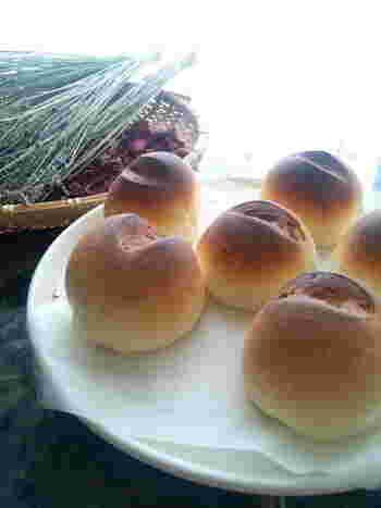 ドライイーストを使ったポピュラーな米粉パンです。ホームベーカリーを使わない場合も小麦粉のパンのように力強くこねる必要はなく、また2次発酵は不要ですので簡単。発酵させ過ぎると、冷めたあとにしぼみやすそうですのでご注意を。