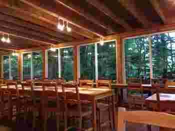 店内は木をふんだんに使った内装でナチュラルな雰囲気。広い窓から見える緑も素敵です。